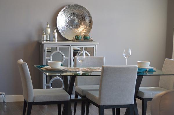 nowoczesny stół z krzesłami do salonu